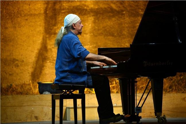 Öncüsü Heitor Villa-Lobos'un izini süren Egberto Gismonti, birçok çağdaşına ilham vermiş bir virtüöz, besteci ve doğaçlama efsanesi olarak dikkat çekiyor.