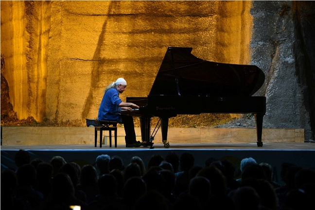 Hem gitar hem piyanoda virtüöz olarak adlandırılan Egberto Gismonti aynı zamanda Brezilya'nın en büyük müzik kompozitörlerinden biri olarak görülüyor.