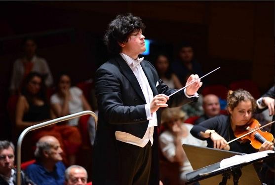 Tekfen Filarmoni Orkestrası'nı açılış konserinde Özbek Şef Aziz Shokhakimov yönetti.