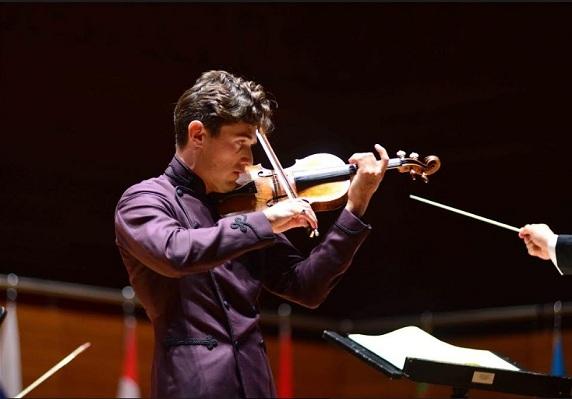"""32.Uluslararası İzmir Festivali """"Barışın Sesi"""" olarak da nitelendirilen Tekfen Filarmoni Orkestrası & Charlie Siem Konseri ile başladı."""